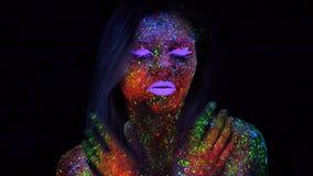 Πορτρέτο της όμορφης γυναίκας με την πορφυρή τρίχα που χορεύει στο UV φως νέου Πρότυπο κορίτσι με φθορισμού δημιουργικός Psychede φιλμ μικρού μήκους