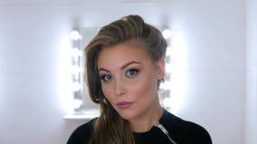 Πορτρέτο της όμορφης γυναίκας με την όμορφη σύνθεση και το κομψό hairstyle Στοκ εικόνα με δικαίωμα ελεύθερης χρήσης
