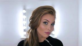 Πορτρέτο της όμορφης γυναίκας με την όμορφη σύνθεση και το κομψό hairstyle Στοκ Φωτογραφίες