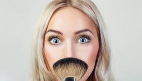 Πορτρέτο της όμορφης γυναίκας με τη βούρτσα για τη σύνθεση στοκ φωτογραφίες