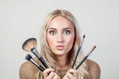 Πορτρέτο της όμορφης γυναίκας με τη βούρτσα για τη σύνθεση στοκ εικόνα με δικαίωμα ελεύθερης χρήσης