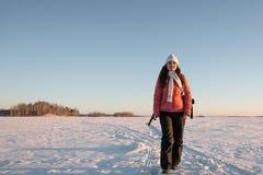 Πορτρέτο της όμορφης γυναίκας με τη κάμερα την ημέρα χειμερινού χιονιού στοκ φωτογραφία με δικαίωμα ελεύθερης χρήσης