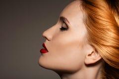 Πορτρέτο της όμορφης γυναίκας με τη φωτεινή σύνθεση Στοκ φωτογραφίες με δικαίωμα ελεύθερης χρήσης