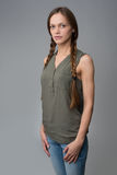 Πορτρέτο της όμορφης γυναίκας με τις πλεξίδες στοκ εικόνες