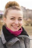 Πορτρέτο της όμορφης γυναίκας μόδας blondie που εξετάζει τη κάμερα να λάμψει χαμόγελο Στοκ Εικόνα