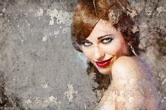 Πορτρέτο της όμορφης γυναίκας πέρα από το βρώμικο τοίχο, τέχνη οδών στοκ εικόνες με δικαίωμα ελεύθερης χρήσης