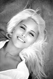 Πορτρέτο της όμορφης γυναίκας που βρίσκεται σε την πίσω Στοκ Εικόνες