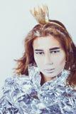 Πορτρέτο της όμορφης γυναίκας που τυλίγεται στο φύλλο αλουμινίου με Στοκ Εικόνα