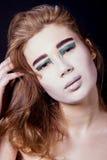 Πορτρέτο της όμορφης γυναίκας που τυλίγεται στο φύλλο αλουμινίου με Στοκ φωτογραφία με δικαίωμα ελεύθερης χρήσης