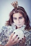 Πορτρέτο της όμορφης γυναίκας που τυλίγεται στο φύλλο αλουμινίου με Στοκ Εικόνες