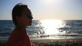 Πορτρέτο της όμορφης γυναίκας στην κινηματογράφηση σε πρώτο πλάνο παραλιών κορίτσι άποψης με το χαμόγελο γυαλιών ηλίου απόθεμα βίντεο