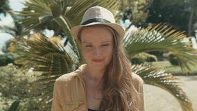Πορτρέτο της όμορφης γυναίκας στο καπέλο αχύρου που απολαμβάνει το καλοκαίρι στο τροπικό θέρετρο απόθεμα βίντεο