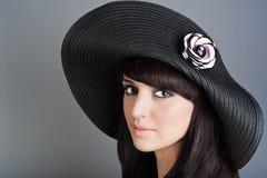 Πορτρέτο της όμορφης γυναίκας στο καπέλο Στοκ εικόνα με δικαίωμα ελεύθερης χρήσης