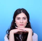 Πορτρέτο της όμορφης γυναίκας στο μπλε κλίμα στοκ εικόνες