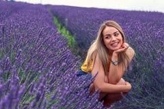 Πορτρέτο της όμορφης γυναίκας στο lavender τομέα Στοκ Φωτογραφία