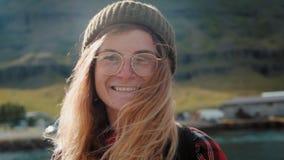 Πορτρέτο της όμορφης γυναίκας ταξιδιού σε Σκανδιναβία απόθεμα βίντεο