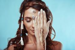 Πορτρέτο της όμορφης γυναίκας χίπηδων swag νέας Στοκ φωτογραφία με δικαίωμα ελεύθερης χρήσης