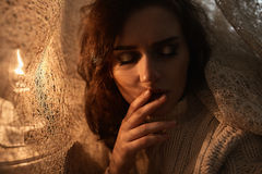 Πορτρέτο της όμορφης γυναίκας brunette Εικόνα με την επίδραση φωτός του ήλιου Στοκ φωτογραφία με δικαίωμα ελεύθερης χρήσης