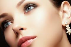 Πορτρέτο της όμορφης γυναίκας brunette Πορτρέτο μόδας της όμορφης γυναίκας πολυτέλειας με το κόσμημα Στοκ φωτογραφία με δικαίωμα ελεύθερης χρήσης