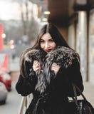 Πορτρέτο της όμορφης γυναίκας brunette στη γούνα που έχει τη διασκέδαση Στοκ Φωτογραφία