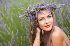 Πορτρέτο της όμορφης γυναίκας lavender στο στεφάνι. υπαίθρια Στοκ εικόνα με δικαίωμα ελεύθερης χρήσης