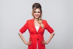 Πορτρέτο της όμορφης επιχειρησιακής κυρίας με το hairstyle και makeup στο κόκκινο φανταχτερό σακάκι, που στέκεται και που εξετάζε στοκ φωτογραφία με δικαίωμα ελεύθερης χρήσης