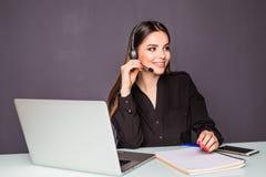 Πορτρέτο της όμορφης εργασίας επιχειρησιακών γυναικών στο γραφείο της με την κάσκα και το lap-top στην αρχή Στοκ φωτογραφίες με δικαίωμα ελεύθερης χρήσης