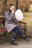Πορτρέτο της όμορφης Ευρωπαίας γυναίκας μόδας blondie που τρώει γλυκό cottonwool να λάμψει χαμόγελο Στοκ Εικόνα