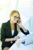 Πορτρέτο της όμορφης ευτυχούς χαμογελώντας νέας γυναίκας γραφείων που απασχολείται στο ο Στοκ Εικόνες