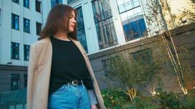 Πορτρέτο της όμορφης καθιερώνουσας τη μόδα μικτής γυναίκας φυλών hipster που φορά το σακάκι και τα τζιν Απολαμβάνει τη θέα πόλεων φιλμ μικρού μήκους