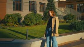 Πορτρέτο της όμορφης καθιερώνουσας τη μόδα μικτής γυναίκας φυλών hipster που φορά το σακάκι και τα τζιν Απολαμβάνει τη θέα πόλεων απόθεμα βίντεο