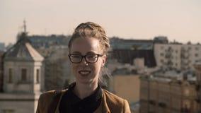 Πορτρέτο της όμορφης καυκάσιας γυναίκας με τα dreadlocks και να διαπερνήσει που εξετάζουν τη κάμερα και το χαμόγελο θηλυκό ευτυχέ απόθεμα βίντεο