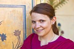 Πορτρέτο της όμορφης καυκάσιας γυναίκας με τον παλαιό τοίχο ως backgroun Στοκ εικόνα με δικαίωμα ελεύθερης χρήσης