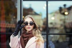 Πορτρέτο της όμορφης νέας γυναίκας με τα γυαλιά ηλίου Πρότυπη εξέταση τη κάμερα αστικές νεολαίες γυναικών τρόπου ζωής πόλεων ομορ Στοκ Εικόνες