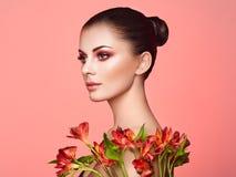 Πορτρέτο της όμορφης νέας γυναίκας με τα λουλούδια Alstroemeria στοκ φωτογραφίες με δικαίωμα ελεύθερης χρήσης