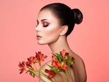Πορτρέτο της όμορφης νέας γυναίκας με τα λουλούδια Alstroemeria στοκ φωτογραφία με δικαίωμα ελεύθερης χρήσης