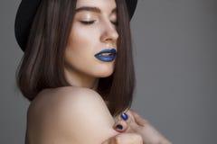 Πορτρέτο της όμορφης νέας γυναίκας με τα μπλε χείλια και στο καπέλο μπαζούκας Στοκ εικόνα με δικαίωμα ελεύθερης χρήσης