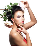 Πορτρέτο της όμορφης νέας γυναίκας με τα λουλούδια στην τρίχα Στοκ Φωτογραφίες