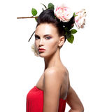 Πορτρέτο της όμορφης νέας γυναίκας με τα λουλούδια στην τρίχα Στοκ φωτογραφία με δικαίωμα ελεύθερης χρήσης