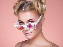 Πορτρέτο της όμορφης νέας γυναίκας με τα χρωματισμένα γυαλιά στοκ φωτογραφία