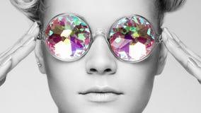 Πορτρέτο της όμορφης νέας γυναίκας με τα χρωματισμένα γυαλιά στοκ φωτογραφίες