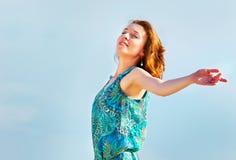 Πορτρέτο της όμορφης νέας γυναίκας με την κυματίζοντας κόκκινη τρίχα Στοκ εικόνες με δικαίωμα ελεύθερης χρήσης