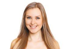 Πορτρέτο της όμορφης νέας γυναίκας με το χαριτωμένο χαμόγελο Στοκ εικόνα με δικαίωμα ελεύθερης χρήσης