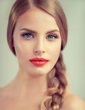 Πορτρέτο της όμορφης νέας γυναίκας με το braidpigtail και τα μπλε μάτια στοκ φωτογραφία με δικαίωμα ελεύθερης χρήσης