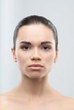 Πορτρέτο της όμορφης νέας γυναίκας, που απομονώνεται στοκ φωτογραφία