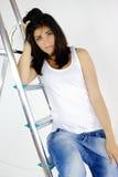 Πορτρέτο της όμορφης νέας γυναίκας στη σκάλα στοκ εικόνες