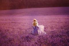 Πορτρέτο της όμορφης νέας γυναίκας στον πορφυρό lavender τομέα στοκ φωτογραφία