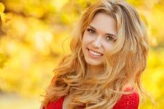 Πορτρέτο της όμορφης νέας γυναίκας στο πάρκο φθινοπώρου στοκ φωτογραφία