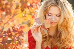 Πορτρέτο της όμορφης νέας γυναίκας στο πάρκο φθινοπώρου στοκ εικόνες