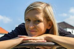 Πορτρέτο της όμορφης νέας γυναίκας χαμόγελου στοκ φωτογραφία